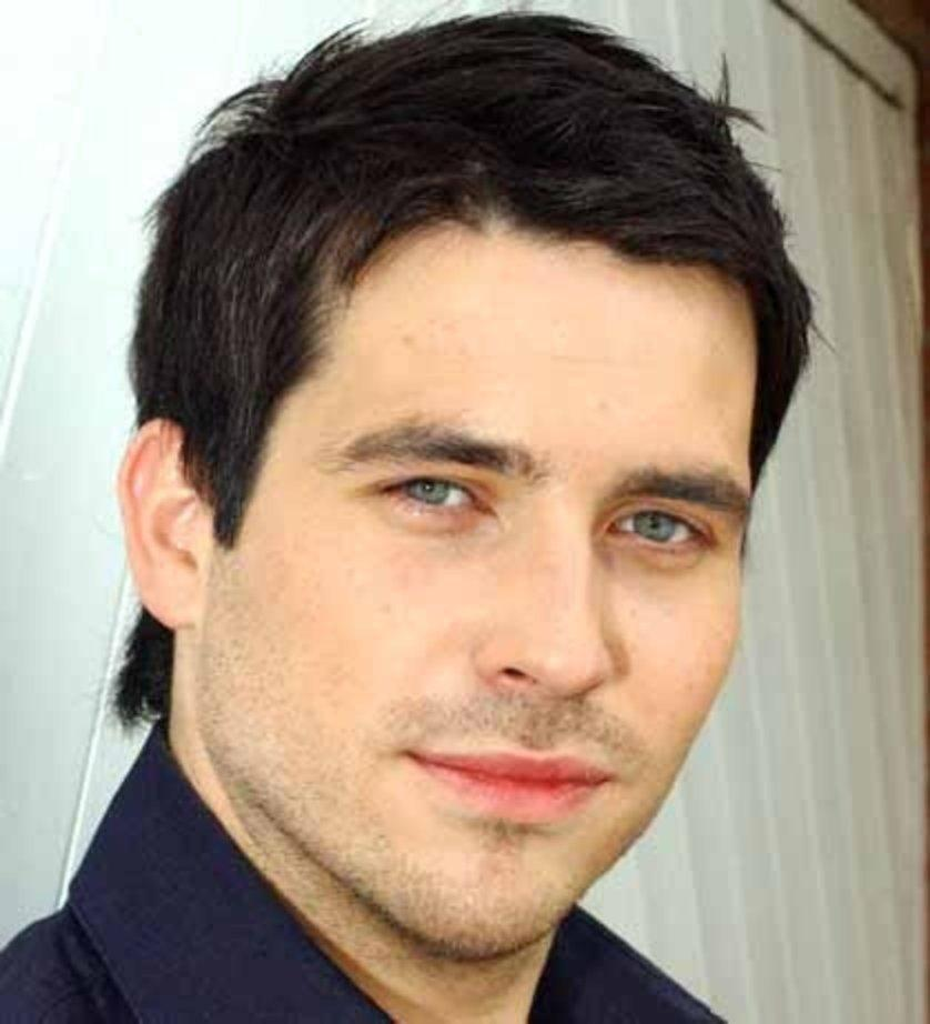 The 41-year old son of father (?) and mother(?), 188 cm tall Rob James-Collier in 2018 photo