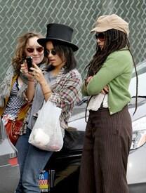 Preppie_-_Zoe_Kravitz_and_Lisa_Bonet_out_to_lunch_on_Venice_-_Dec._28_2009_219.jpg
