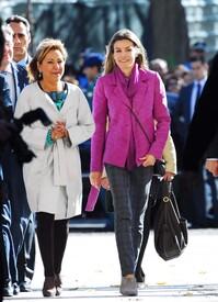 celebrity-paradise.com-The_Elder-Princess_Letizia_2009-11-03_-__Visits_Zamora_in_Spanien_1500.jpg