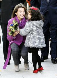 celebrity-paradise.com-The_Elder-Princess_Letizia_2009-11-03_-__Visits_Zamora_in_Spanien_173.jpg