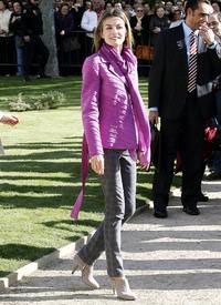celebrity-paradise.com-The_Elder-Princess_Letizia_2009-11-03_-__Visits_Zamora_in_Spanien_2109.jpg