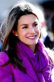 celebrity-paradise.com-The_Elder-Princess_Letizia_2009-11-03_-__Visits_Zamora_in_Spanien_4152.jpg