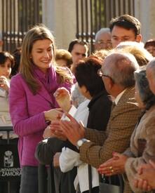 celebrity-paradise.com-The_Elder-Princess_Letizia_2009-11-03_-__Visits_Zamora_in_Spanien_7218.jpg