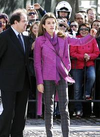 celebrity-paradise.com-The_Elder-Princess_Letizia_2009-11-03_-__Visits_Zamora_in_Spanien_733.jpg