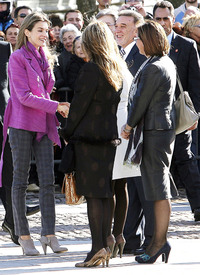 celebrity-paradise.com-The_Elder-Princess_Letizia_2009-11-03_-__Visits_Zamora_in_Spanien_888.jpg