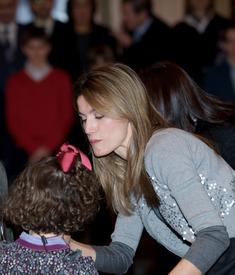 celebrity-paradise.com-The_Elder-Princess_Letizia_2009-12-22_-_Attends_Several_Audiences_in_Madrid_072.jpg