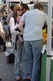 Celebutopia-Alyson_Hannigan_visits_a_Farmer0s_Market_in_LA-02.jpg