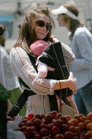 Celebutopia-Alyson_Hannigan_visits_a_Farmer76s_Market_in_LA-08.jpg
