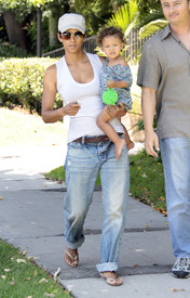 Preppie_-_Halle_Berry_visits_a_friends_house_in_the_valley_-_July_29_2009_0260.jpg
