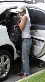 Preppie_-_Halle_Berry_visits_a_friends_house_in_the_valley_-_July_29_2009_034.jpg