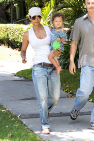 Preppie_-_Halle_Berry_visits_a_friends_house_in_the_valley_-_July_29_2009_1270.jpg