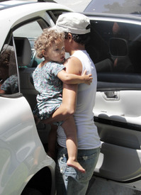 Preppie_-_Halle_Berry_visits_a_friends_house_in_the_valley_-_July_29_2009_1285.jpg