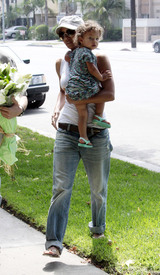Preppie_-_Halle_Berry_visits_a_friends_house_in_the_valley_-_July_29_2009_4103.jpg