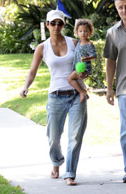 Preppie_-_Halle_Berry_visits_a_friends_house_in_the_valley_-_July_29_2009_4161.jpg