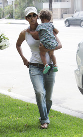 Preppie_-_Halle_Berry_visits_a_friends_house_in_the_valley_-_July_29_2009_444.jpg