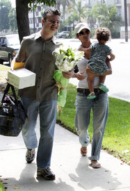 Preppie_-_Halle_Berry_visits_a_friends_house_in_the_valley_-_July_29_2009_5110.jpg