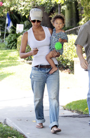 Preppie_-_Halle_Berry_visits_a_friends_house_in_the_valley_-_July_29_2009_6211.jpg