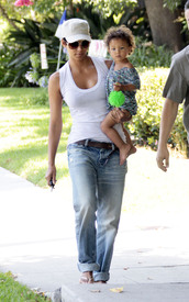 Preppie_-_Halle_Berry_visits_a_friends_house_in_the_valley_-_July_29_2009_7171.jpg