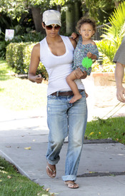 Preppie_-_Halle_Berry_visits_a_friends_house_in_the_valley_-_July_29_2009_7239.jpg