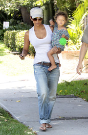 Preppie_-_Halle_Berry_visits_a_friends_house_in_the_valley_-_July_29_2009_7242.jpg