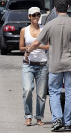 Preppie_-_Halle_Berry_visits_a_friends_house_in_the_valley_-_July_29_2009_819.jpg