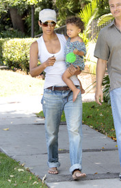 Preppie_-_Halle_Berry_visits_a_friends_house_in_the_valley_-_July_29_2009_9257.jpg