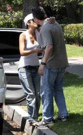 Preppie_-_Halle_Berry_visits_a_friends_house_in_the_valley_-_July_29_2009_9303.jpg