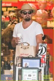 th_leonardo-dicaprio-fourth-of-july-grocery-shopping-01.jpg