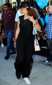 Rihanna-in-Black-Dress--01-662x1075.jpg