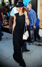Rihanna-in-Black-Dress--07-662x1044.jpg