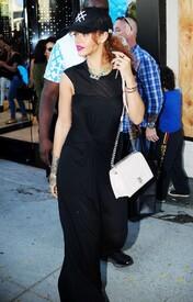 Rihanna-in-Black-Dress--15-662x1030.jpg