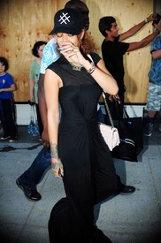 Rihanna-in-Black-Dress--18-662x995.jpg