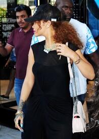 Rihanna-in-Black-Dress--20-662x926.jpg
