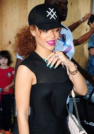 Rihanna-in-Black-Dress--22-662x936.jpg