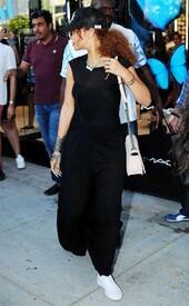 Rihanna-in-Black-Dress--35-662x1065.jpg