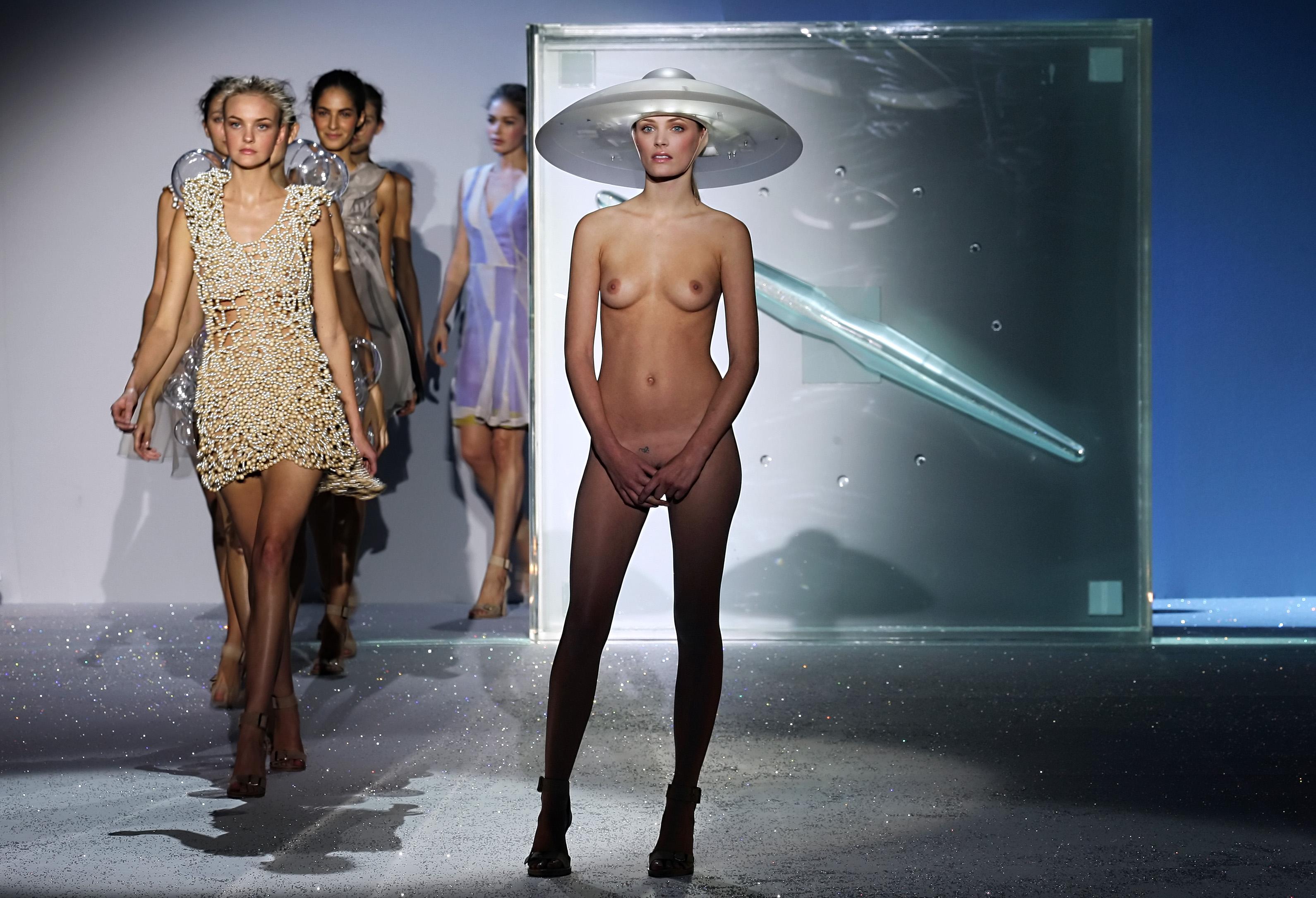 Откровенный голый эротический показ мод фото