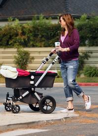 Preppie_-_Alyson_Hannigan_strolling_in_Santa_Monica_-_August_13_2009_2168.jpg
