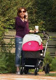 Preppie_-_Alyson_Hannigan_strolling_in_Santa_Monica_-_August_13_2009_296.jpg