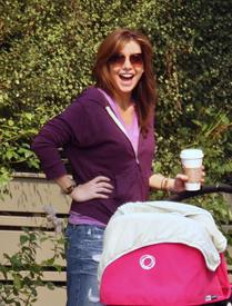 Preppie_-_Alyson_Hannigan_strolling_in_Santa_Monica_-_August_13_2009_5134.jpg