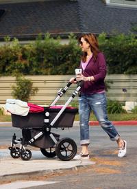 Preppie_-_Alyson_Hannigan_strolling_in_Santa_Monica_-_August_13_2009_9156.jpg