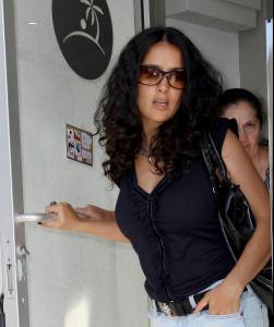 Salma_Hayek_goes_shopping_01.jpg