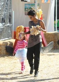 Halle Berry celebrates Halloween in Calabasas 30.10.2012_43.jpg