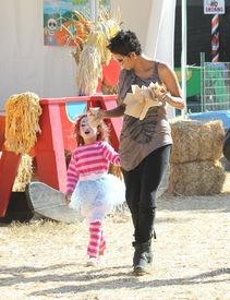 Halle Berry celebrates Halloween in Calabasas 30.10.2012_44.jpg