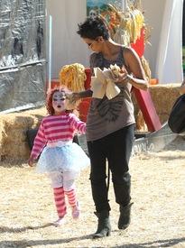 Halle Berry celebrates Halloween in Calabasas 30.10.2012_45.jpg