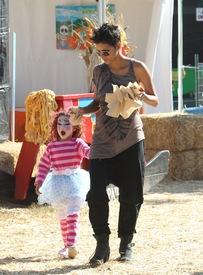 Halle Berry celebrates Halloween in Calabasas 30.10.2012_46.jpg