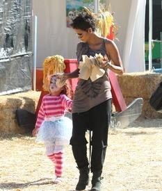 Halle Berry celebrates Halloween in Calabasas 30.10.2012_51.jpg