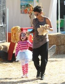 Halle Berry celebrates Halloween in Calabasas 30.10.2012_52.jpg