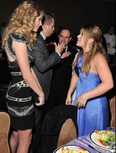 taylor-swift-and-kelly-clarkson.jpg