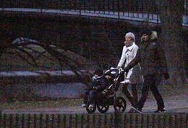 Gisele Tom family Xmas Day stroll B-E3k05_TRgl.jpg