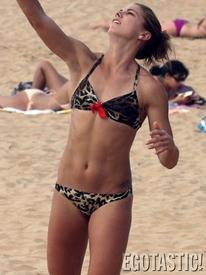 alex_morgan_plays_bikini_volleyball_in_hawaii_03_675x900.jpg